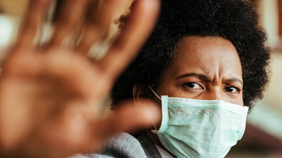 Mulher de máscara - Getty Images/iStockphoto