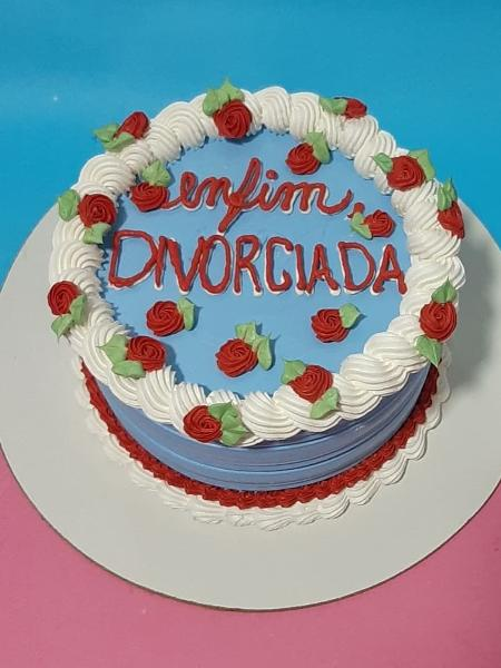 """Bolo """"enfim divorciada"""" foi feito para comemoração de término de relacionamento - Piri Confeitaria"""