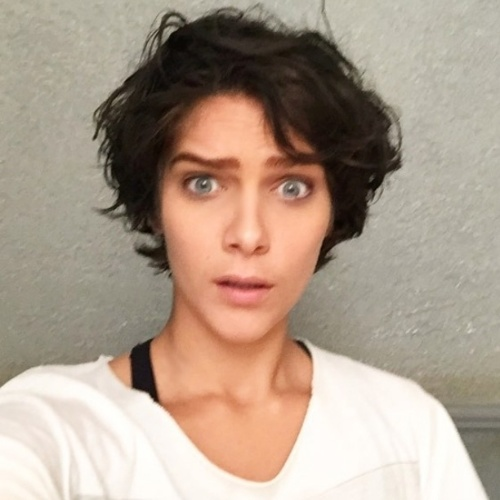 """09.jul.2015- Isabella Santoni aparece com os cabelos escuros em foto no Instagram: """"Acordei, morena"""", escreveu a Karina de """"Malhação"""""""
