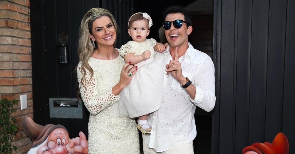 15.ago.2015 - Mirella Santos e Wellington Muniz, o Ceará, comemoram o batizado e aniversário de 1 ano da filha, Valentina