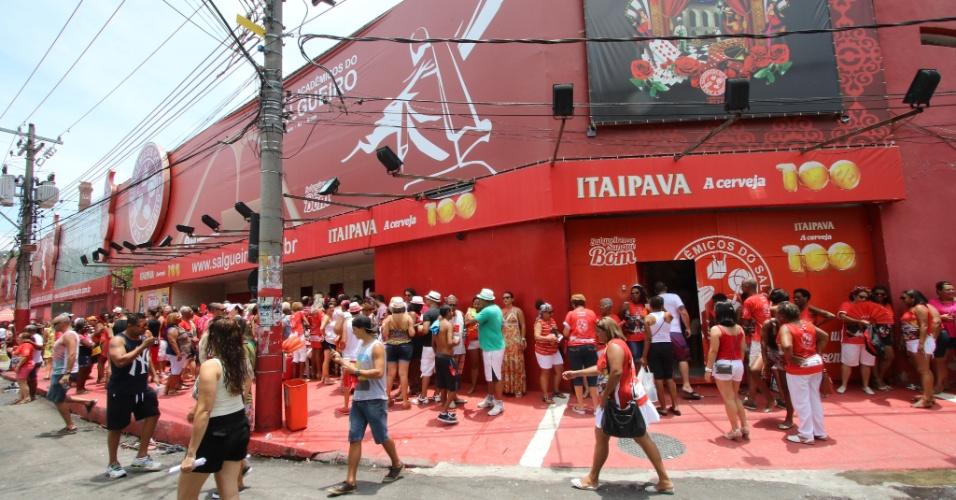 Fila em frente a quadra do Salgueiro, no Rio, em dia de feijoada