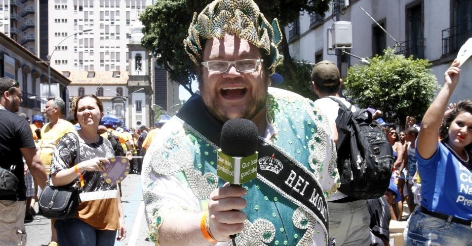 O Rei Momo entrevista os foliões do chão