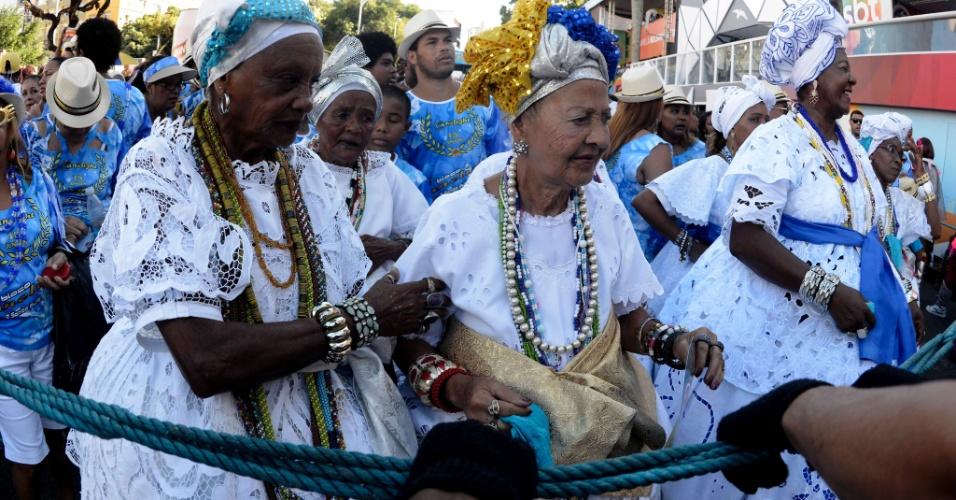 6.fev.2016 - Baianas dançam e espalham simpatia na passagem do bloco Canelight no circuito Campo Grande, em Salvador