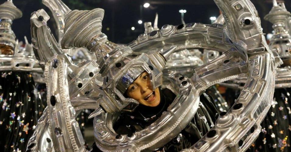 9.fev.2016 - Integrantes se preparam para o desfile da Portela na concentração, na madrugada desta terça-feira