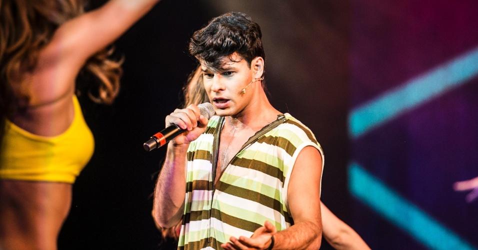 8.mar.2016 - O ator Ruy Brissac, que interpreta Dinho, o vocalista e líder dos Mamonas Assassinas, faz caras e bocas durante apresentação especial do musical