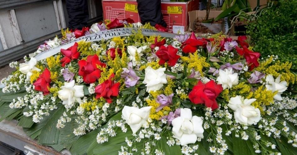 17.set.2016 - Atriz Zezé Polessa envia coroa de flores para a despedida do ator Domingos Montagner
