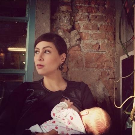 Pitty posa amamentando a filha Madalena, quando tinha um mês de vida - Reprodução/Instagram