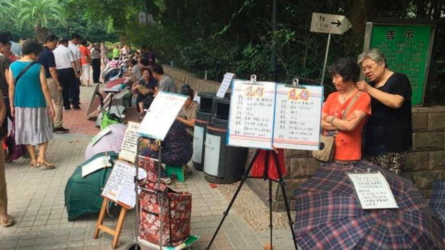 Mercado de anúncio de noivos em Xangai é o maior e mais famoso do país - Mariana Schreiber/BBC Brasil