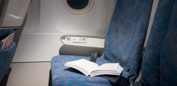 Livros são frequentemente deixados por passageiros nas cabines dos aviões - Getty Images