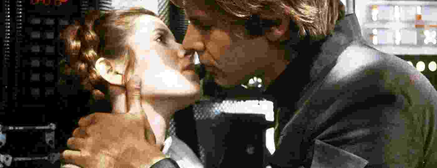 """Harrison Ford beija Carrie Fisher em cena de """"O Império Contra-Ataca"""" - Lucasfilm"""