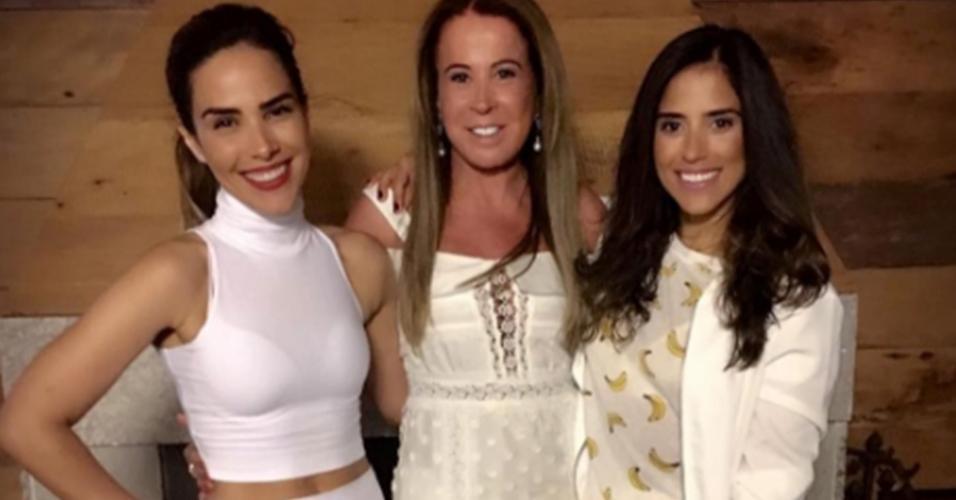1.jan.2017 - Zilu Godoi celebrou a chegada do Ano Novo ao lado das duas filhas, a cantora Wanessa Camargo e a atriz Camilla Camargo
