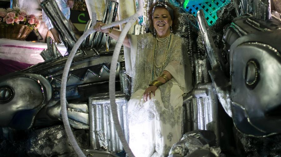 Beth Carvalho durante defile da Mangueira no Carnaval de 2017 - Bruna Prado/UOL