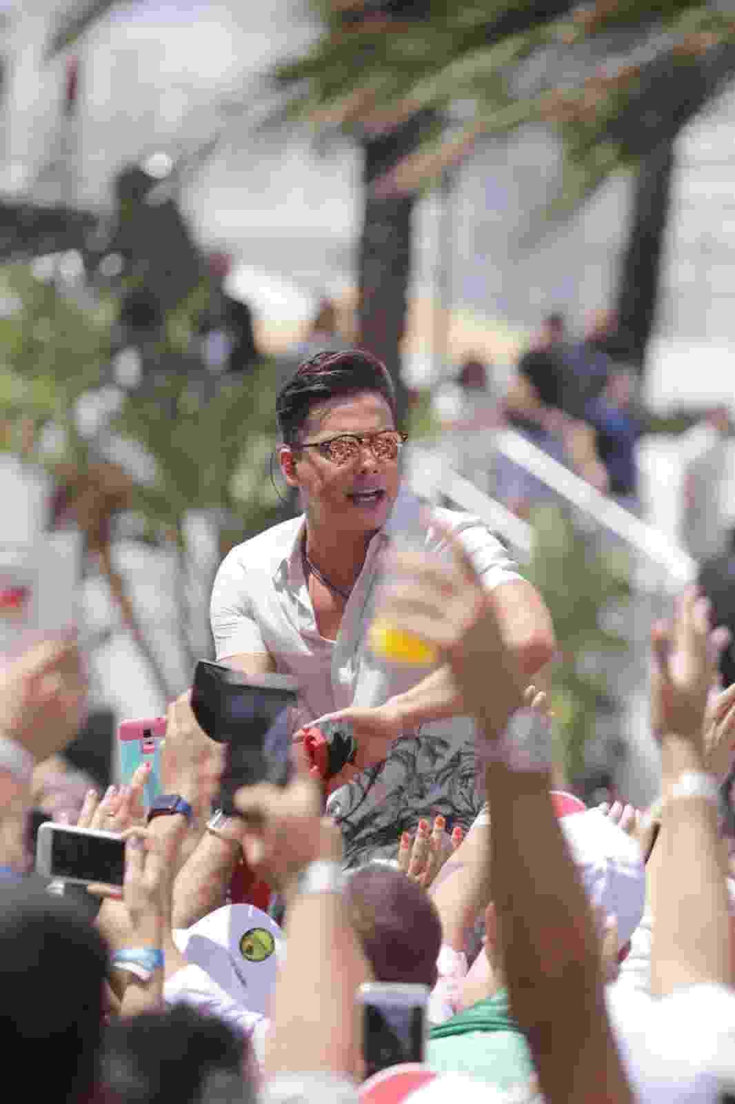 Wesley Safadão preparou uma grande surpresa para os fãs que foram acompanhar as gravações do quinto DVD da carreira dele em Miami. Ele apareceu de cabelos curtos para gravar o show internacional - Leo Mayrinck