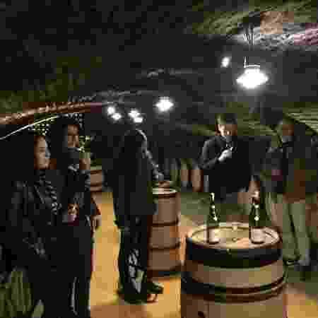 Turistas degustam vinho na vinícola Bouchard Aîné & Fils - Reprodução/Twitter/Bouchard Aîné & Fils