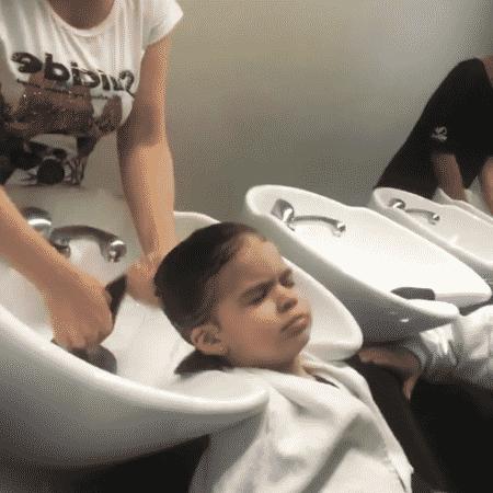 Valentina lava os cabelos ao lado do pai - Reprodução/Instagram - Reprodução/Instagram