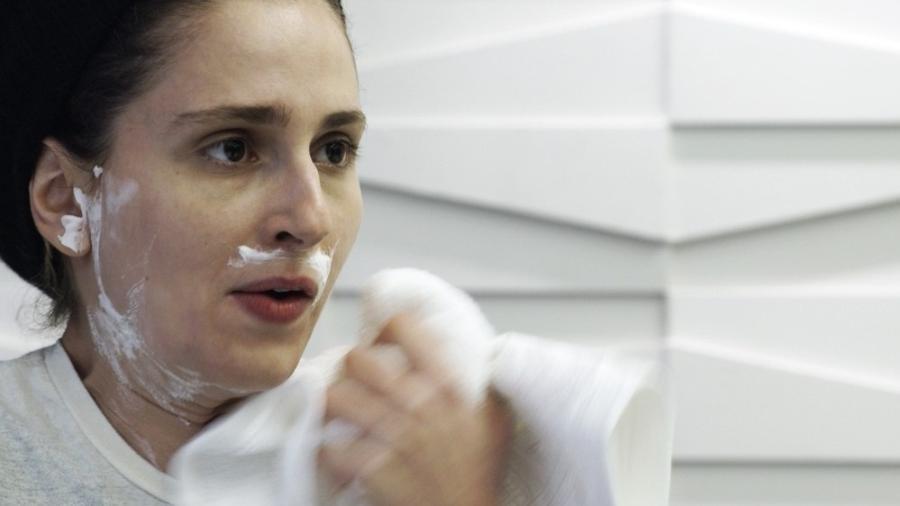 """Em """"A Força do Querer"""", Ivana simula fazer a barba e Joyce vê - Reprodução/Gshow"""