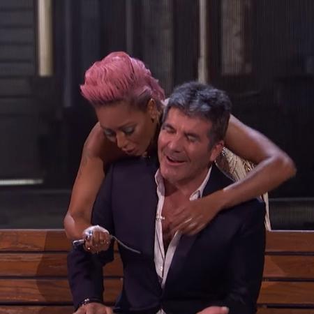 """Mel B esfaqueia Simon Cowell com faca de borracha no """"America""""s Got Talent"""" - Reprodução/YouTube"""