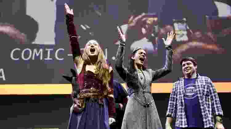 """Marina Ruy Barbosa e Bruna Marquezine acenam para a plateia na apresentação de """"Deus Salve o Rei"""" na CCXP - Mariana Pekin/UOL - Mariana Pekin/UOL"""