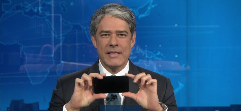 """William Bonner ensina o público a fazer vídeos com o celular na horizontal durante o """"Jornal Nacional"""" - Reprodução/TV Globo"""