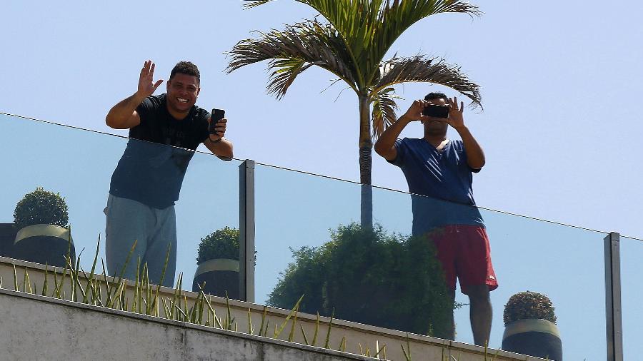 Ronaldo Fenômeno saudou a multidão do bloco em sua cobertura na Avenida Delfim Moreira - Marcelo de Jesus/UOL