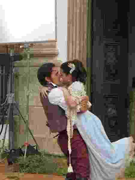 """Bruno Ferrari e Klara Castanho se beijam no filme """"1817 - A Revolução Esquecida"""" - Reprodução/Instagram/klarafgcastanho - Reprodução/Instagram/klarafgcastanho"""