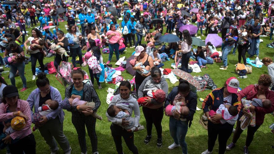 Mães amamentam em público na Colômbia - RAUL ARBOLEDA/AFP