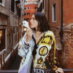 No sábado (1), a atriz passeou ainda pelas ruas de Veneza tomando gelato em uma camisa de seda da grife Versace e com bolsa transversal da maison Valentino. O acessório está avaliado em R$ 12.145. - Reprodução/Instagram