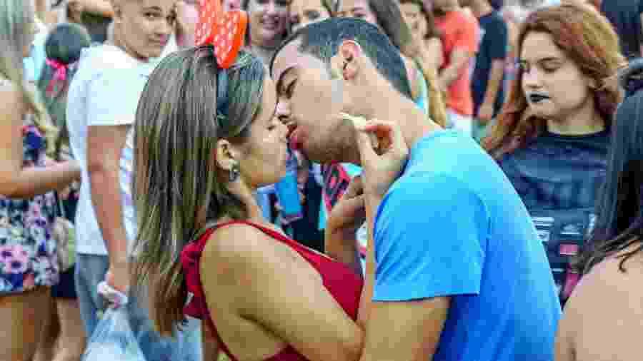 Roubar beijo no bloquinho pode render pena de um a cinco anos de reclusão, sabia? - iStock Images