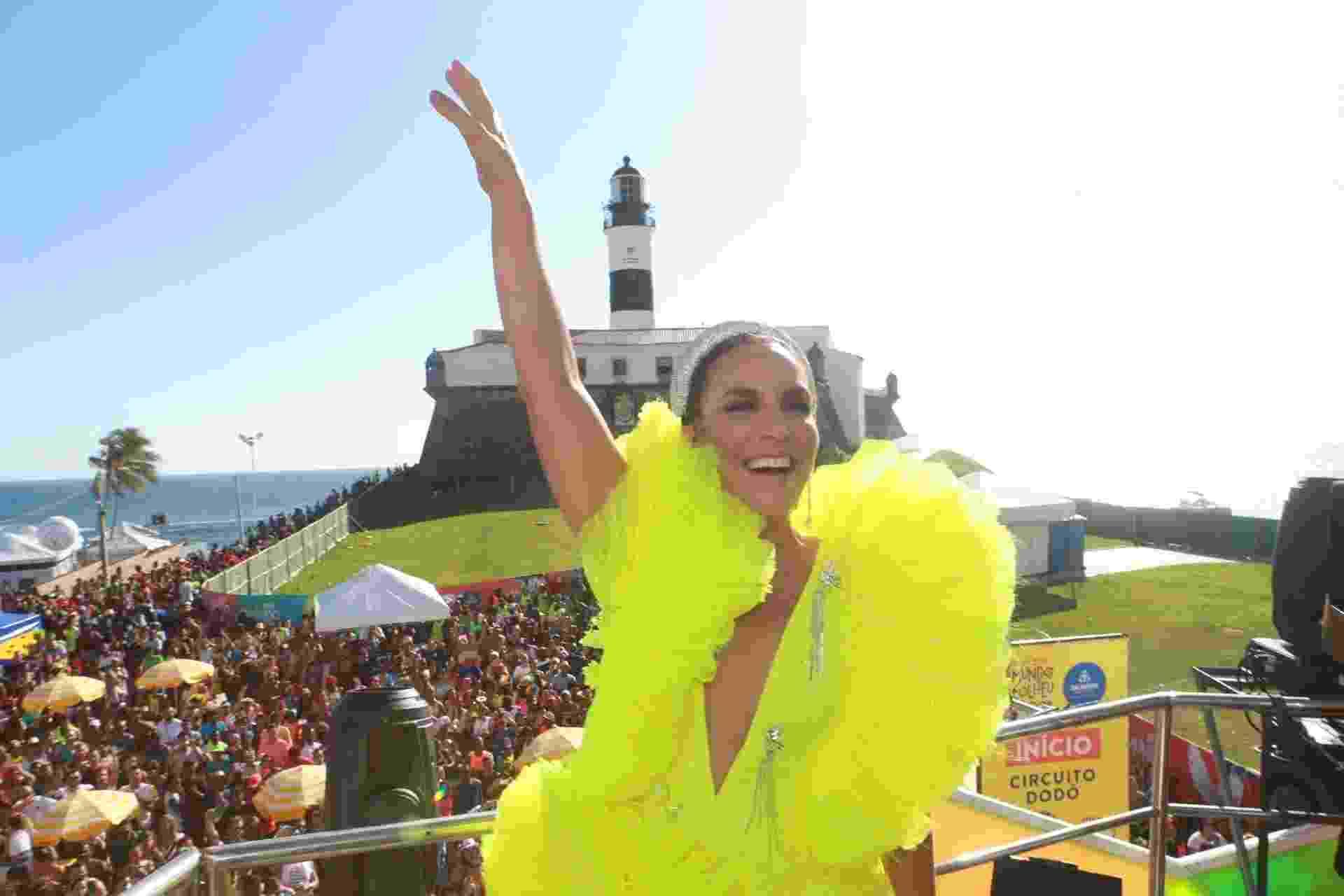 A cantora Ivete Sangalo comandou seu bloco na frente do Farol da Barra, em Salvador - Dilson Silva/Agnews