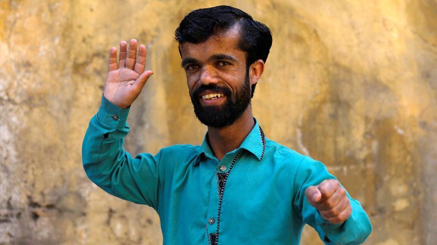 O garçom paquistanês Rozi Khan que se parece com o ator Peter Dinklage - Reuters