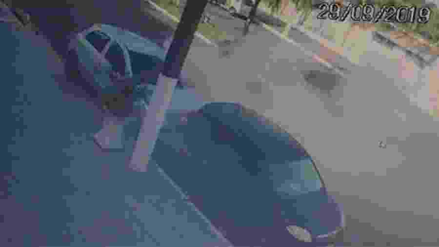 Fogo foi ateado no carro em que estava a vítima - Divulgação