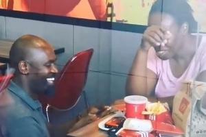 África do Sul | Pedido de casamento em fast food viraliza, e casal ganha mimos
