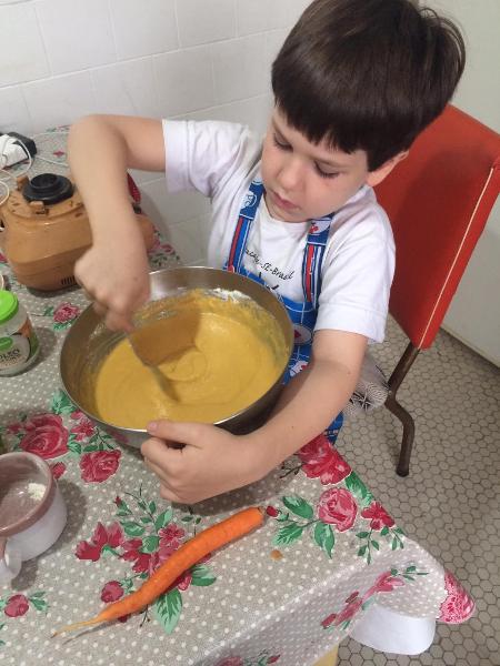 Artur, 8 anos, faz um bolo, que adora: educadores dizem que é preciso manter a rotina no isolamento - Arquivo Pessoal