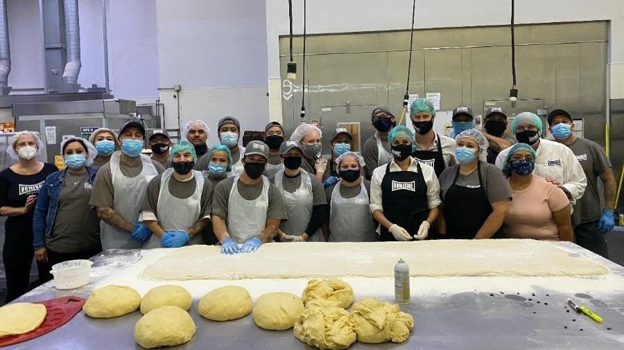 Harry e Meghan se juntam a ex-detentos em trabalho e cozinham para caridade - reprodução/Homeboy Industries