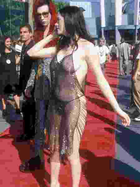 10.09.1998 - Rose McGowan chega ao VMA com o namorado, Marilyn Manson (ao fundo) - Barry King/WireImage