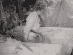 Lidi é flagrada levantando as calças após fazer xixi no chão - Reprodução - Reprodução