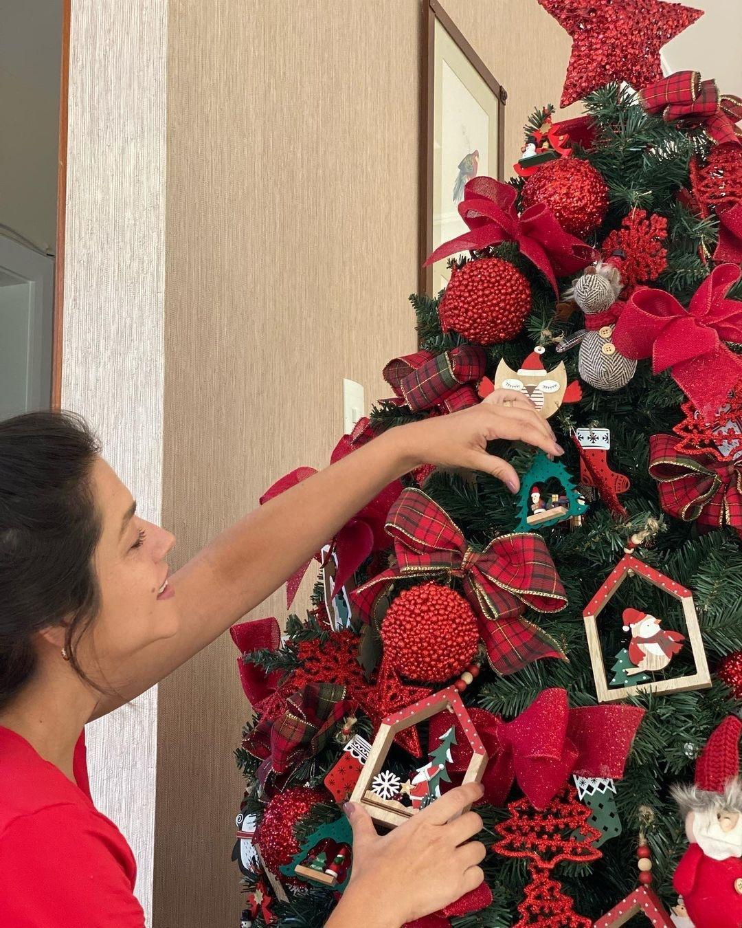 Thais Fersoza monta árvore de Natal com ajuda dos filhos: 'Uma paixão'