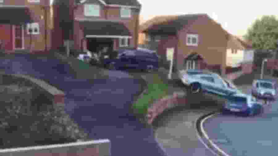 Porsche Taycan bate em carros durante manobra - Reprodução