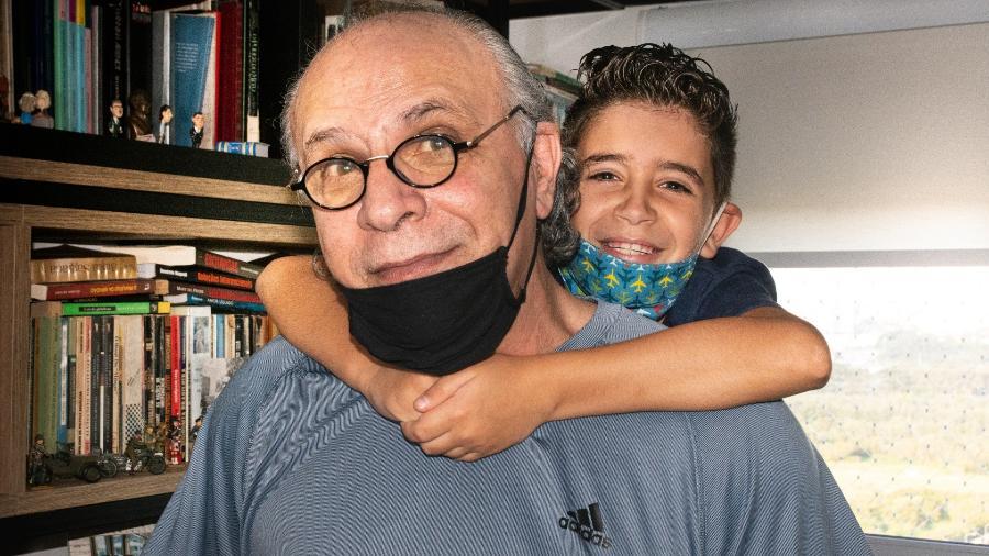 Mario Sérgio e Mateus, avô e neto que escreveram um livro na pandemia - Ederson Fungaro/divulgação
