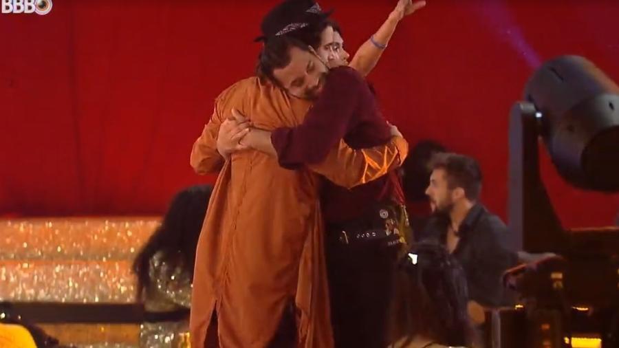 BBB 21: Fiuk e Gilberto se abraçam na festa - Reprodução/ Globoplay