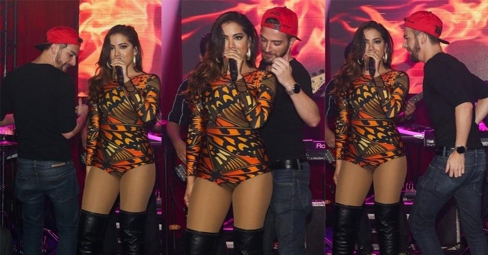 30.jun.2015 - Anitta se diverte com os fãs no palco do Royal Club no Itaim Bibi, zona sul de São Paulo, na noite desta terça-feira