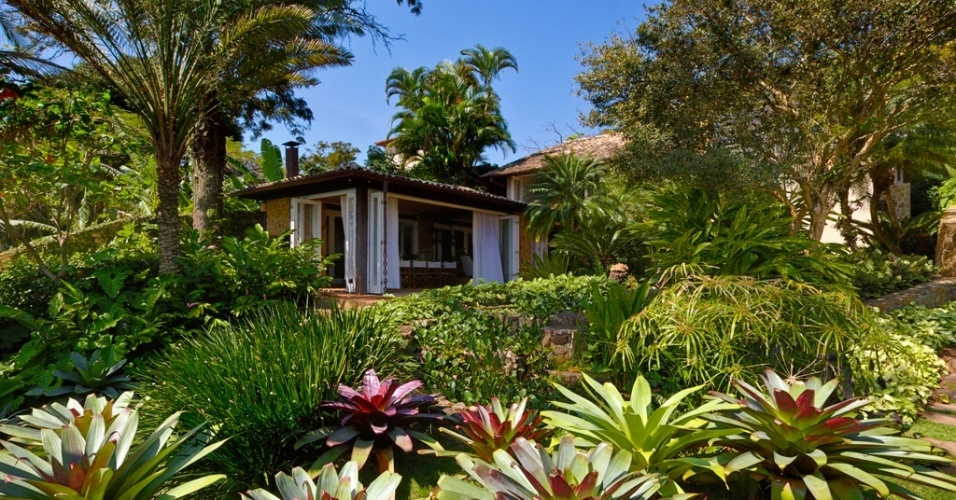Espécies bem tropicais como bromélias, moreias e a sombrinhas-chinesas dividem espaço com palmeiras fênix e jabuticabeiras neste jardim à beira-mar em Ihabela, litoral norte de São Paulo. O paisagismo é de Alex Hanazaki