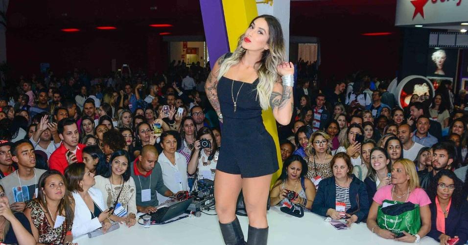 6.set.2015- Dani Bolina deixa pernas de fora em evento de beleza em São Paulo