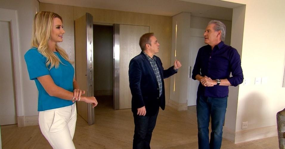 22.set.2015 - Ana Paula Siebert e Roberto Justus mostram o aparamento em que residem para o apresentador Gugu