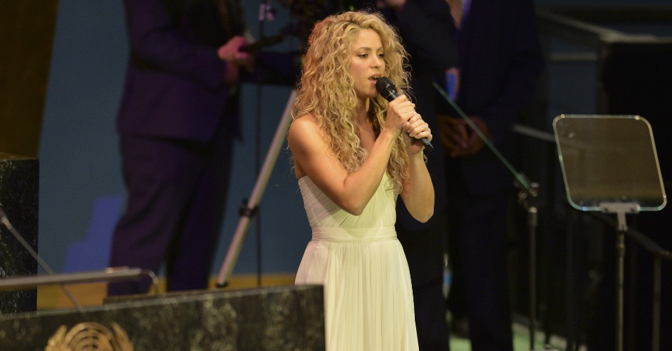 25.set.2015 - A cantora colombiana Shakira canta durante sessão da Assembleia Geral das Nações Unidas, em Nova York.
