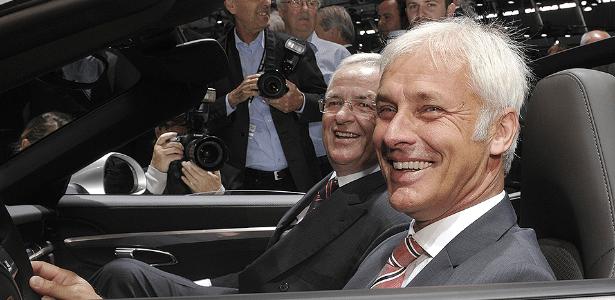 Matthias Mueller sorri em foto de arquivo, à frente do ex-presidente Martin Winterkorn - Thomaas Kienzle/AFP