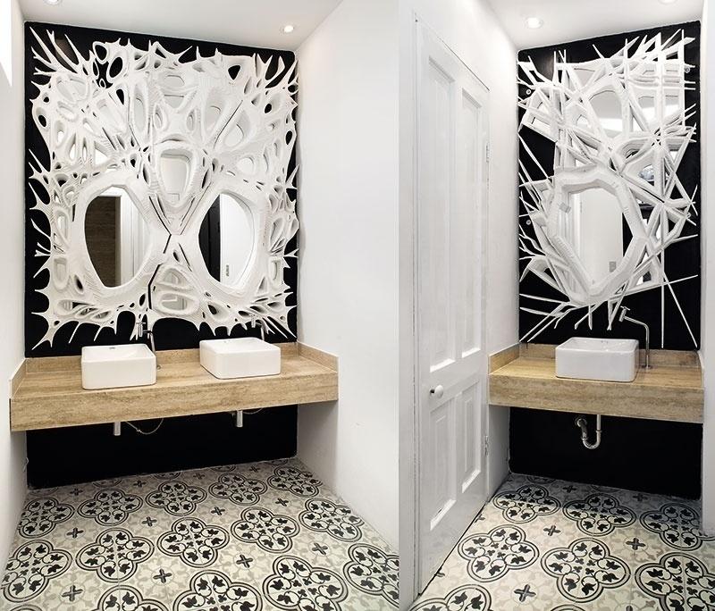 No espaço assimétrico, Julio Cesar Cano e Carlo Ricse Solf desenharam os Banheiros do Restaurante segundo uma composição visual que aproxima arte e arquitetura. No ambiente, os espelhos brancos, à frente das paredes pretas, exploram formas orgânicas com ousadia | A Casa Cor Peru (www.casacor.com.br) fica em cartaz até 8 de novembro de 2015