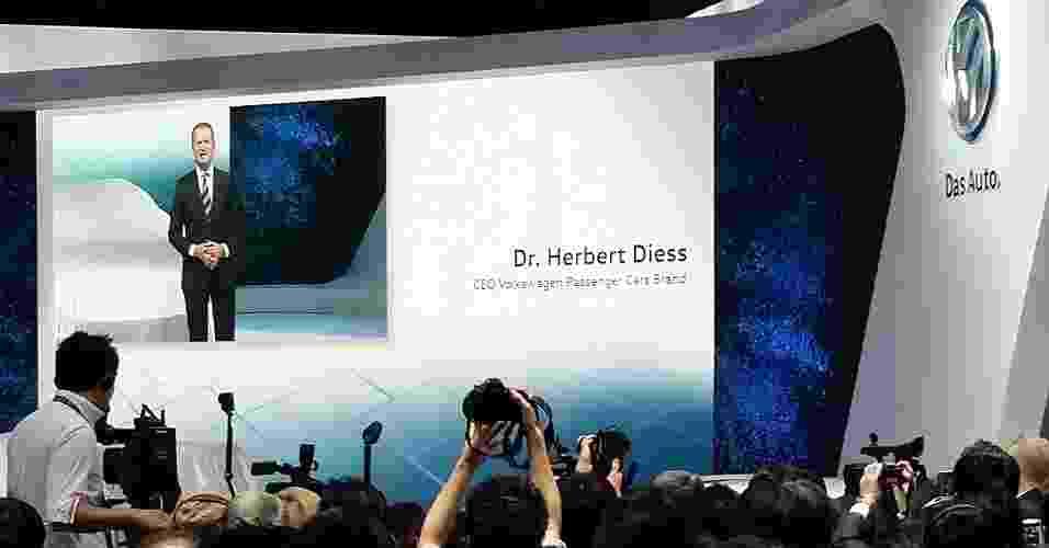 Herbert Diess, presidente-executivo da Volkswagen Japão, fala constrangido com jornalistas eqto apresenta o Novo Tiguan Elétrico - Eugênio Augusto Brito/UOL
