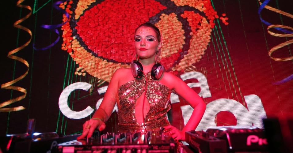 5.fev.2016 - A DJ Giordanna Forte abre a noite do Jockey Clube, que tem Thiago Martins, Melanina Carioca e Ludmilla