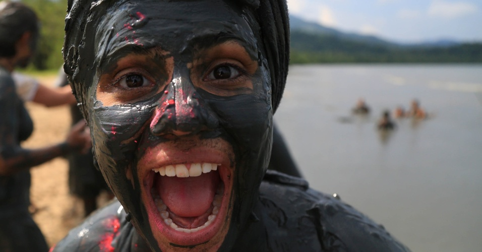 6.fev.2016 - Foliã se diverte durante o Bloco da Lama, no Carnaval de Paraty (RJ)